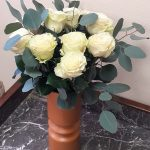 vase roses blanches